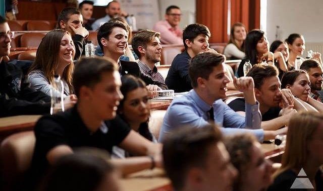 """Studenții se pot înscrie GRATUIT în programul de leadership """"LEADERS Explore"""""""