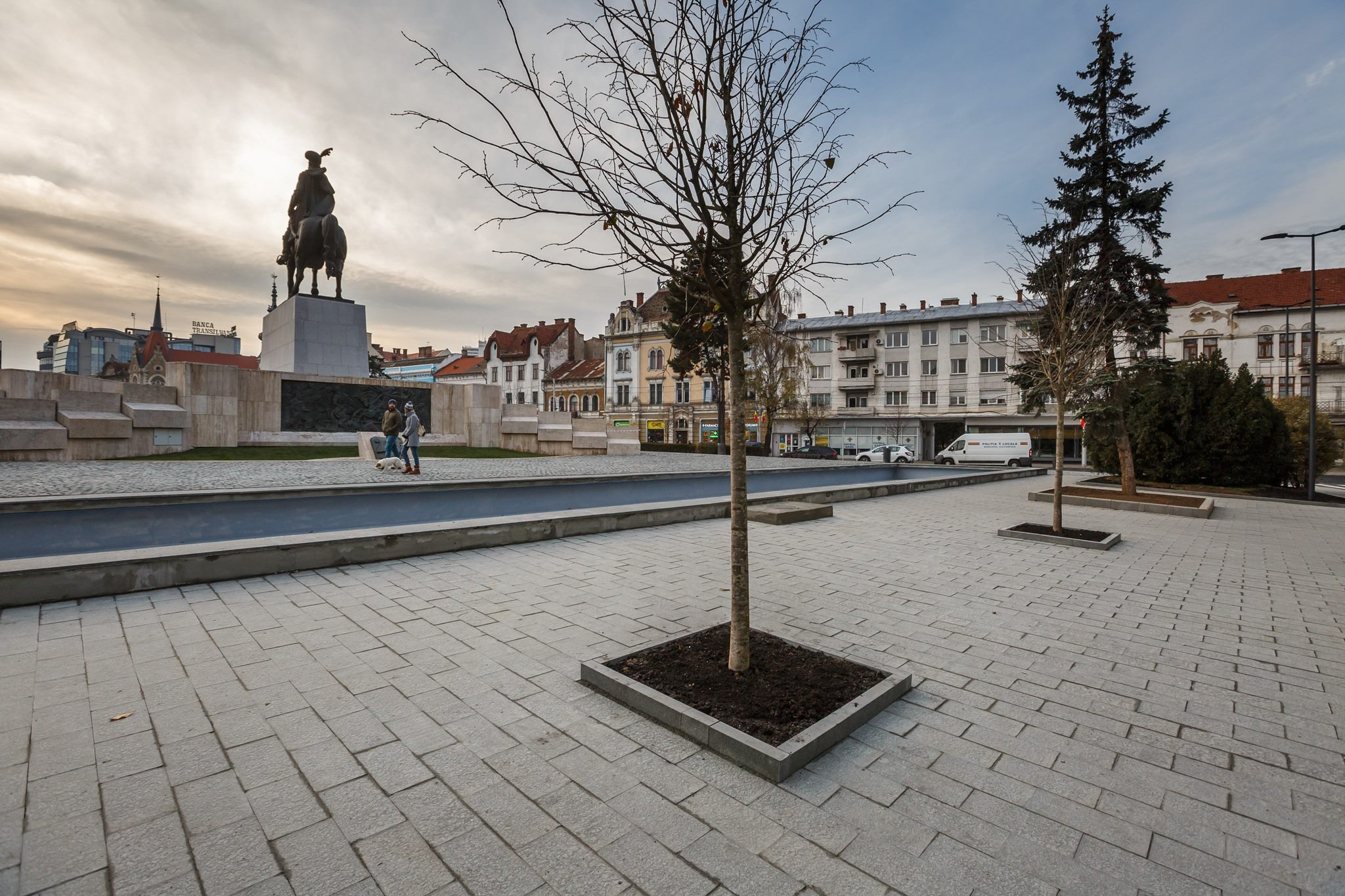 Aspect general Piața Mihai Viteazul a fost renovată nov 2018