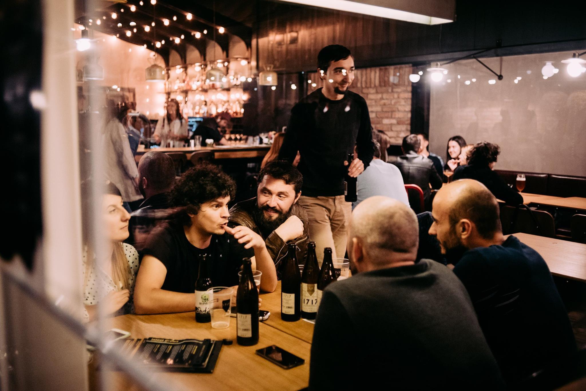 Unde îți poți petrecere una dintre sutele de nopți albe pe strada Piezișă?   Blend. Brews and Bites