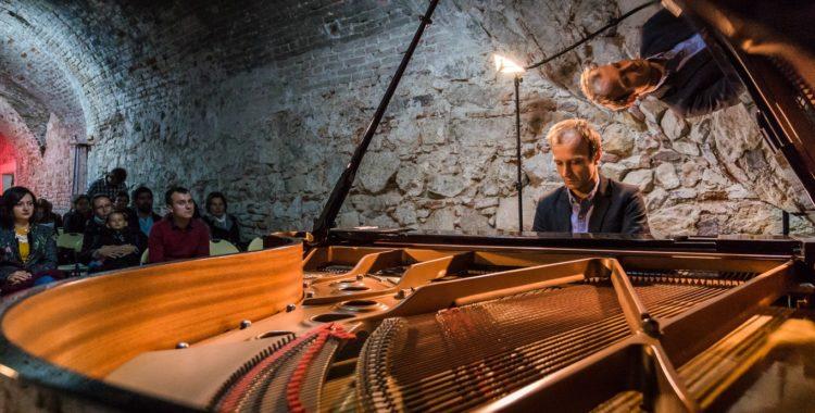 Turneul național Classic Unlimited ajunge la Cluj: Muzică clasică în atelier, la tipografie și în birou
