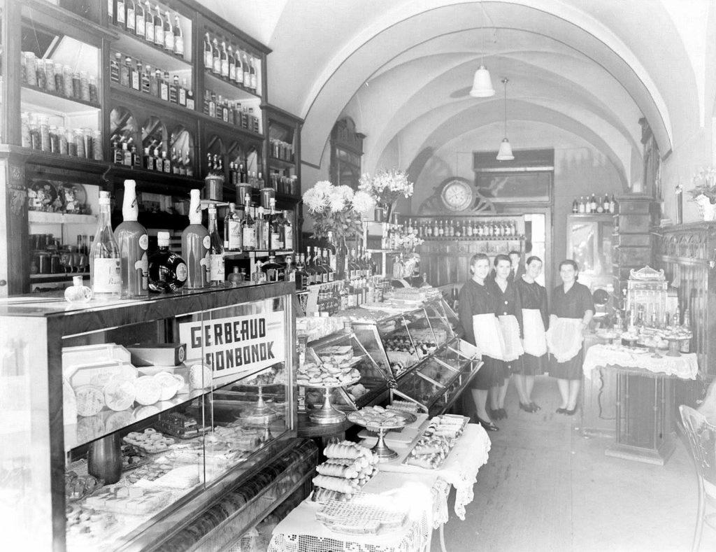 Cofetaria Verde, in anii '40, de pe actuala str. Memorandumului nr.10, unde acum functioneaza o cantina.