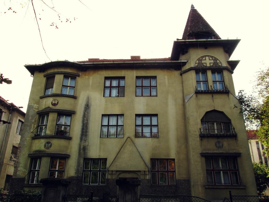 frumoasele clădiri de lângă parcul central