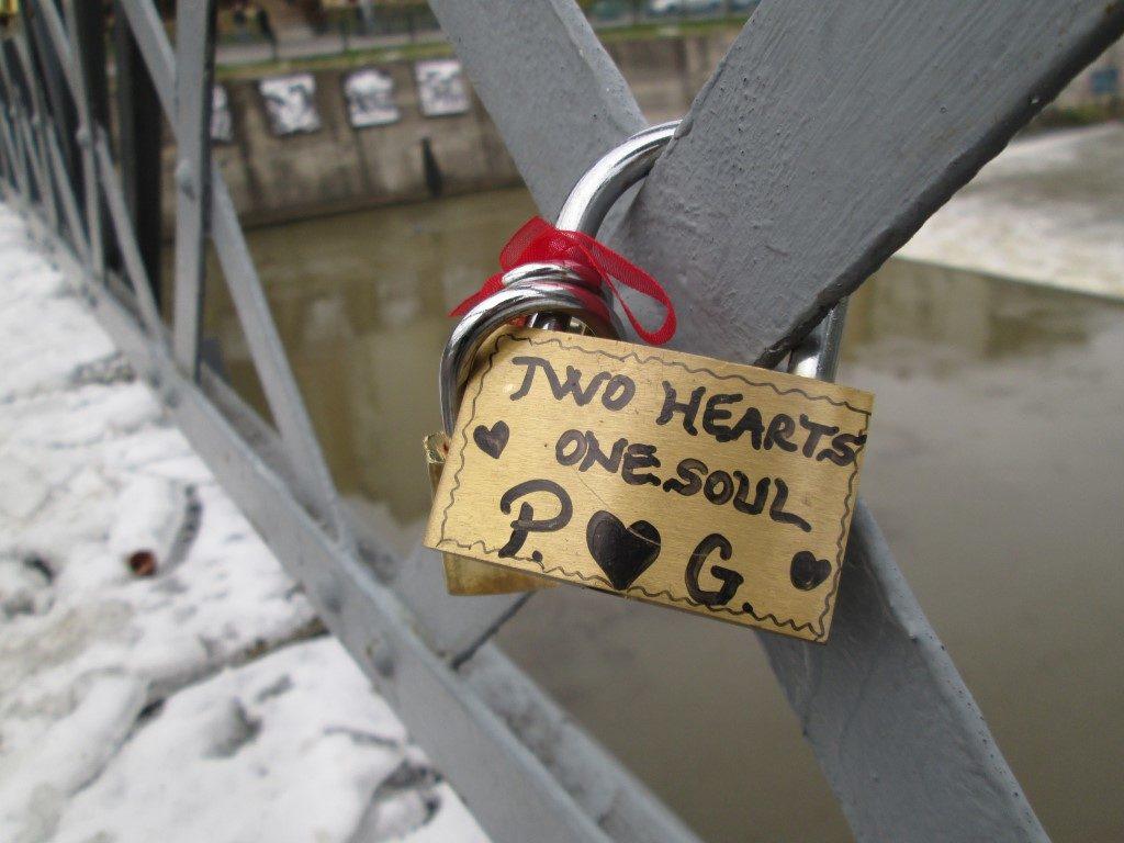 Lacătele de pe pod, povești blocate în timp Podul Elisabeta