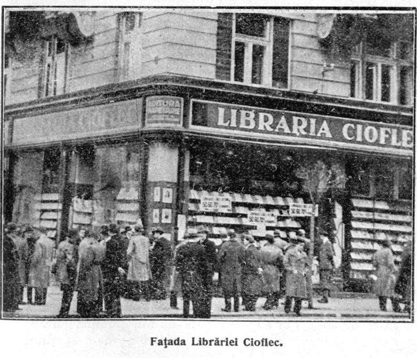 In fata Librariei Cioflec in anii '30, care mai tarziu a devenit Libraria Universitatii.