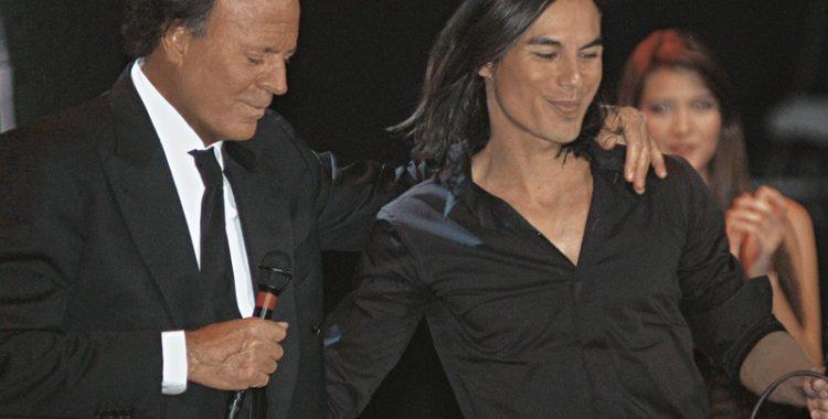 Julio Iglesias va cânta pe scenă cu fiul său