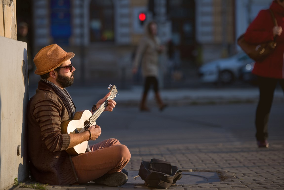 Jazz in the Street. Află unde... program Musician playing ukulele on the street