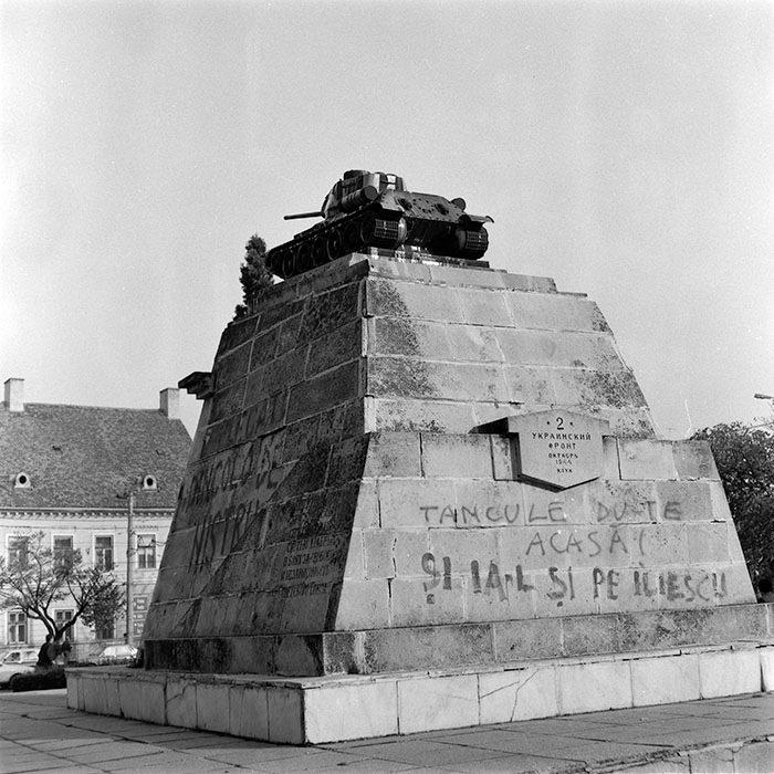 Monumentul tanchistilor sovietici care era amplasat in actuala P-ta Avram Iancu, anul 1990.