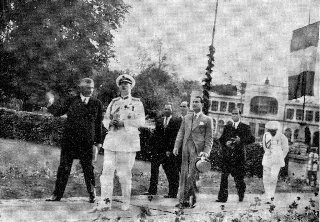 Regele Carol al II-lea insotit de profesorul Romulus Vuia cu ocazia deschiderii Muzeului Etnografic al Ardealului, in incinta actualei cladiri Casino, in iunie 1937.