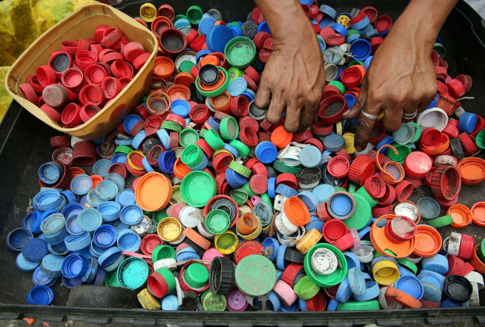 cum sa colectam selectiv plasticul - dopurile de sticla
