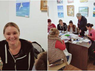 O englezoaică ajută fetele rrome din Sânpaul să urmeze cursul ţesut-cusut de la Şcoala de Arte Cluj
