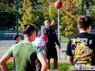 Jucătorii U-BT au jucat baschet cu tineri de la casele de copii din Cluj. Kuti și Brown, antrenori pentru o zi