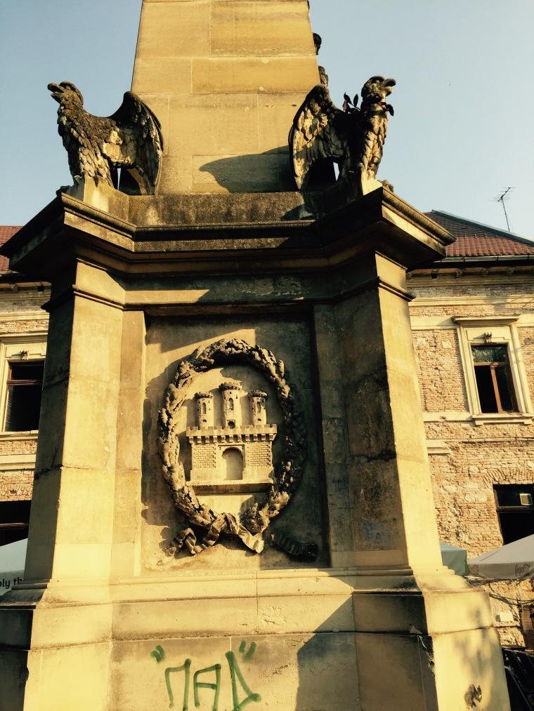obeliscul Capitolina cu stema Clujului 1