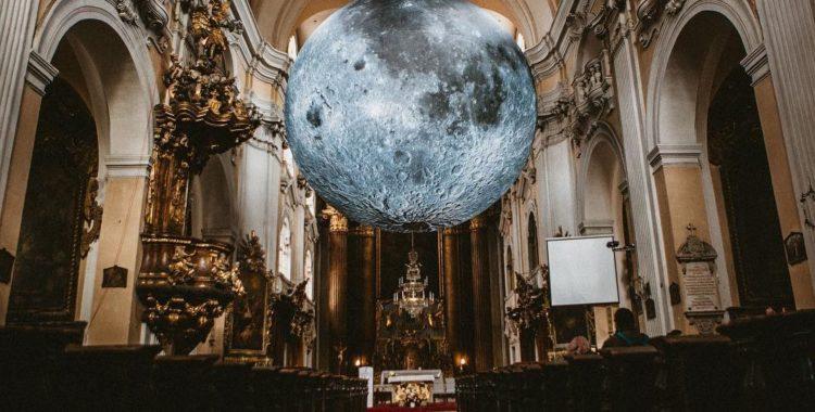 Instalația din Biserica Piaristă sandorlucas 2 museum of the moon cluj luna de pe cer biserica piarista
