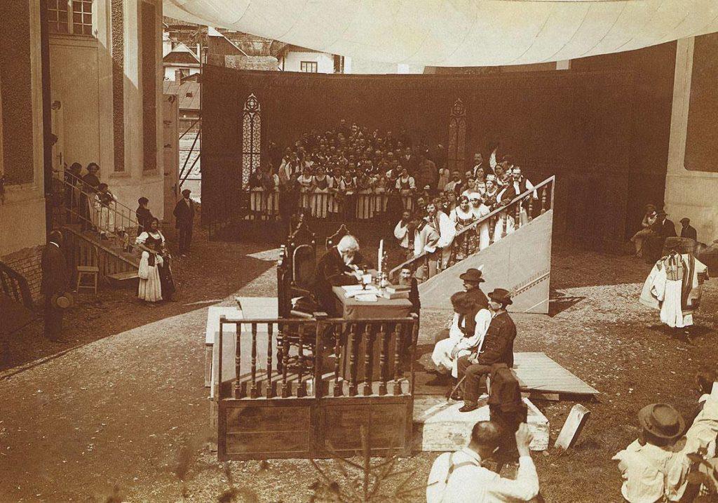 scena de langa actualul Teatru Maghiar de la filmarea filmului A Sarga csiko (Manzul sarg) care a avut premiera in 28 ianuarie 1914.