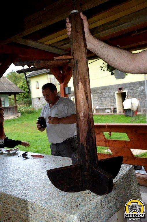 satul calatele, judetul cluj, comuna calatele,  teodor vuscan instalatie traditionala de facut silvoiz zacusca