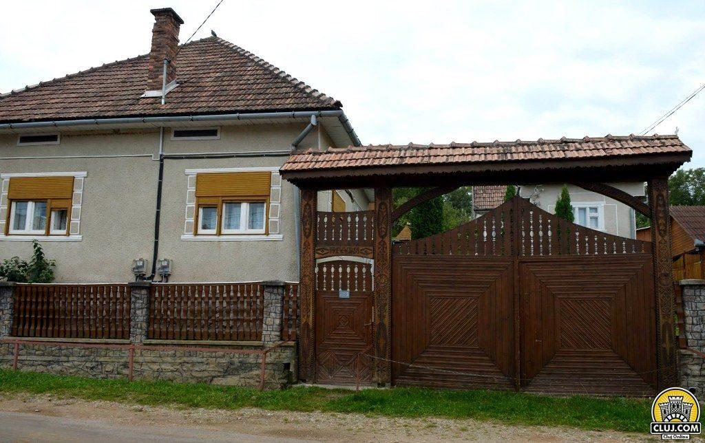 satul calatele, judetul cluj, comuna calatele,  poarta sculptata lemn