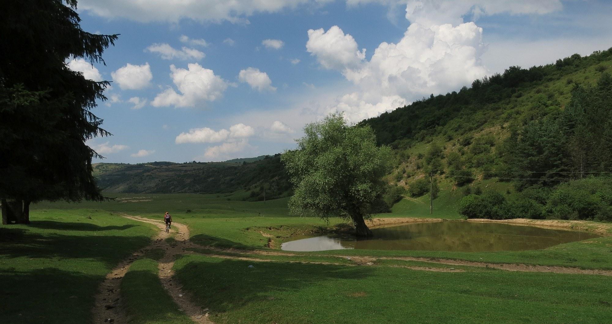 Cu bicicleta printre dealuri si doline
