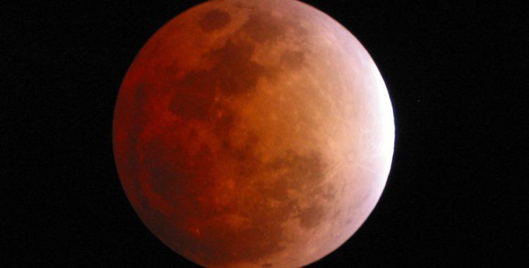 Eclipsa de Luna – spectacol de culoare