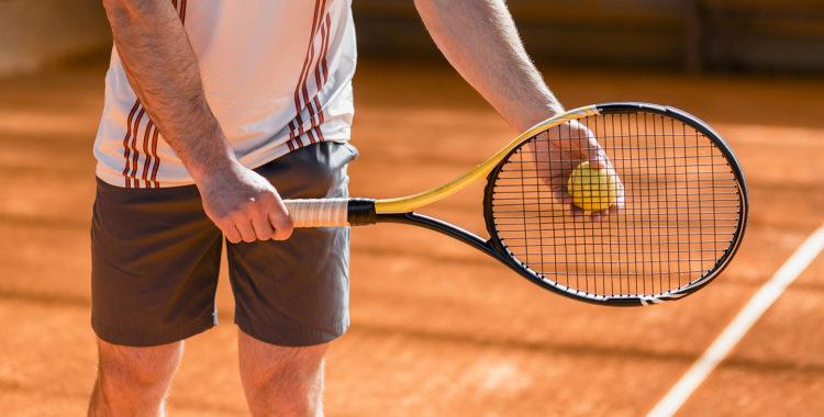 Rachete și mingi de tenis pe zgura orădeană