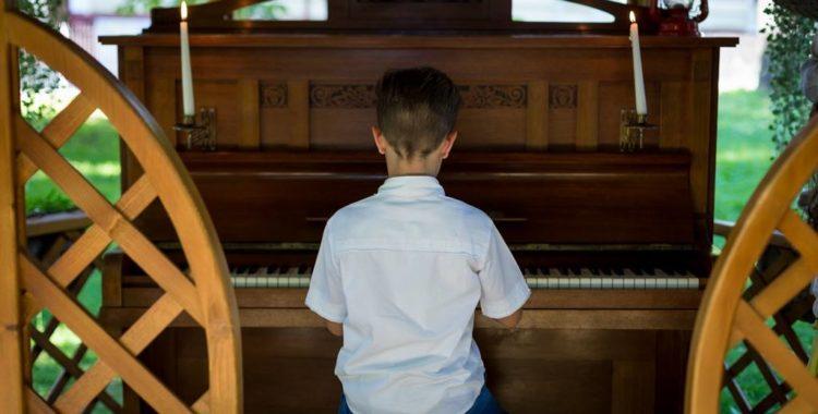 Un loc – o pianină – un zâmbet
