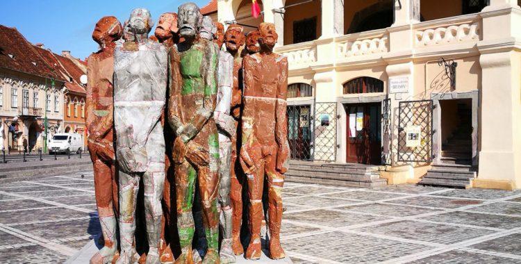 Povestea siluetelor umane din Piața Sfatului